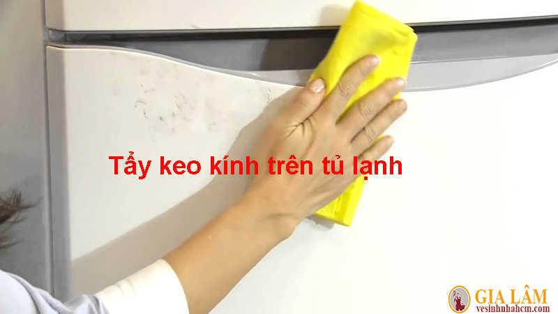 tẩy keo dính trên tủ lạnh
