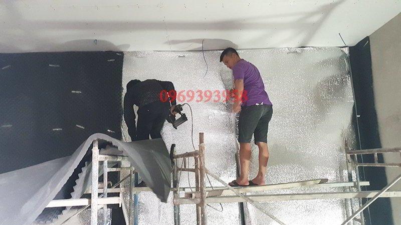 Công đoạn bắn tấm túi khí vào tường